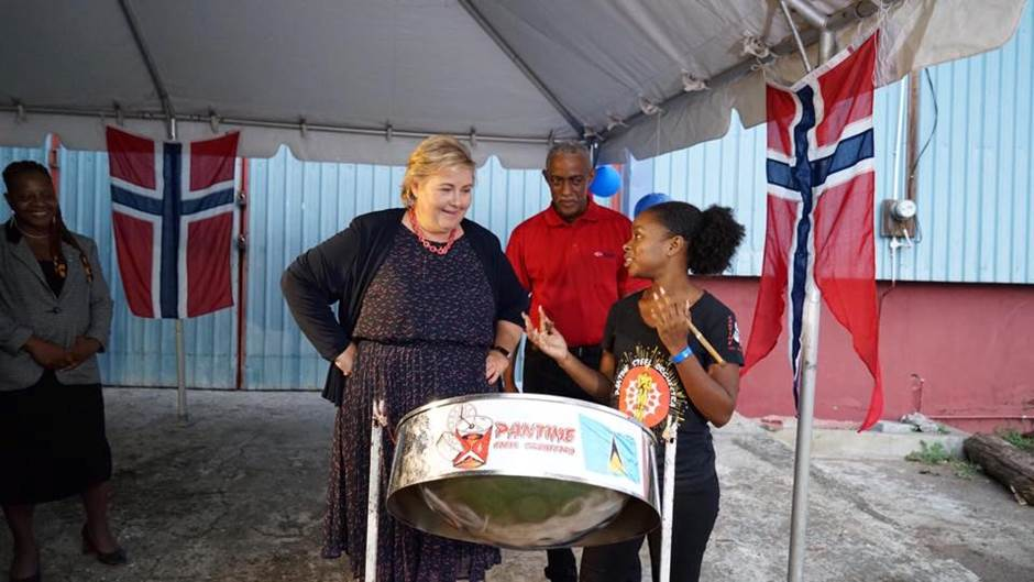 The Prime Minister learning about the musical traditions at St. Lucia. Photo: Arvid Samland